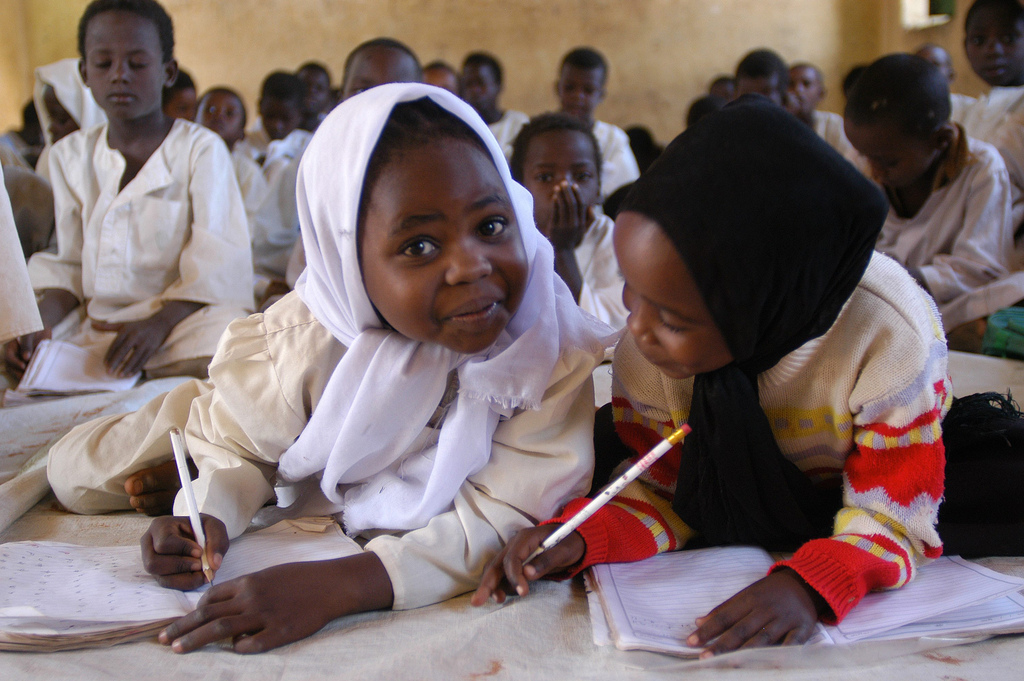 Sudanese children attend class at Abu Zar school in El Geneina. The school welcomes 800 children, including 250 IDPs.  UNHCR / H. Caux